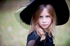 Liten flicka i häxahatt Arkivfoto