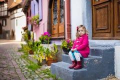 Liten flicka i historiskt centrum i Frankrike Royaltyfria Bilder
