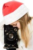 Liten flicka i jul kostymerar med den gammala kameran Royaltyfri Fotografi