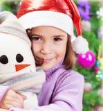 Liten flicka i jultomtenhatt Fotografering för Bildbyråer