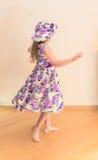 Liten flicka i klänningen som omkring vrider Royaltyfri Fotografi