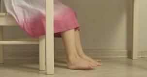 Liten flicka i klänningsammanträde på ungarnas tabell arkivfilmer