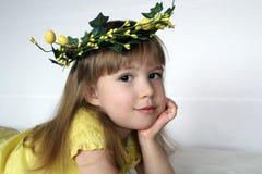Liten flicka i kran av blommor Royaltyfri Bild