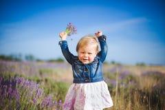 Liten flicka i lavendelfält royaltyfri foto