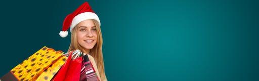 Liten flicka i päls-lock med shoppingpåsar Jul royaltyfria bilder