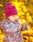 Liten flicka i parken Fotografering för Bildbyråer