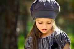 Liten flicka i parken Arkivfoton
