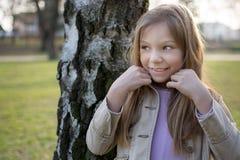 Liten flicka i parken arkivfoto