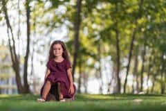 Liten flicka i parken Royaltyfria Foton