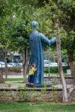 Liten flicka i parkera i Istanbul, Turkiet royaltyfria foton