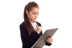Liten flicka i penna och mapp för svart omslag hållande Arkivfoton