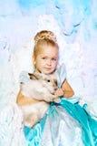 Liten flicka i prinsessaklänning på en bakgrund av en vinterfe Arkivfoton