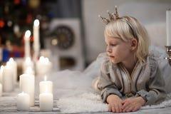 Liten flicka i prinsessakrona Royaltyfri Bild