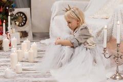 Liten flicka i prinsessakrona Arkivfoto