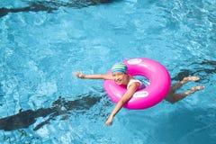 Liten flicka i simbassängen Royaltyfri Bild