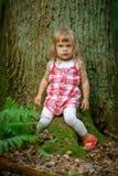 Liten flicka i skogen Royaltyfri Bild