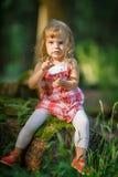 Liten flicka i skogen Royaltyfria Bilder