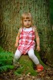 Liten flicka i skogen Arkivfoton