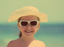 Liten flicka i solglasögon och hatten - retro stil för tappning Royaltyfri Fotografi