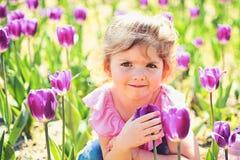 Liten flicka i solig v?r Sommarflickamode lycklig barndom framsida och skincare allergi som blommar V?r arkivfoto
