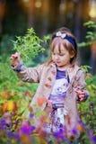 Liten flicka i sommarskog Arkivfoto