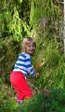 Liten flicka i sommarskogen Arkivbilder