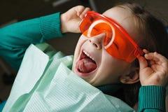 Liten flicka i tand- klinik fotografering för bildbyråer