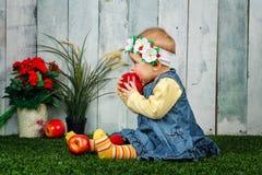 Liten flicka i trädgården Royaltyfri Foto