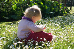 Liten flicka i trädgården, Bracciano, Rome Arkivfoto