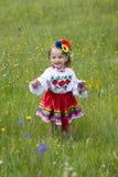 Liten flicka i traditionell ukrainsk dräkt Arkivbild