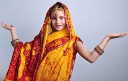 Liten flicka i traditionella indiska kläder och jeweleries Arkivfoton