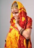 Liten flicka i traditionella indiska sareetikka och bandles Royaltyfri Bild