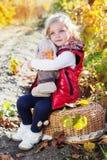 Liten flicka i varm kläder med leksakkanin Arkivfoton