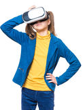 Liten flicka i VR-exponeringsglas Royaltyfria Bilder