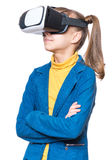 Liten flicka i VR-exponeringsglas Royaltyfri Bild