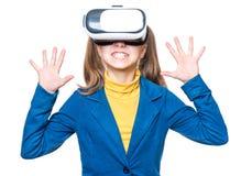 Liten flicka i VR-exponeringsglas Fotografering för Bildbyråer