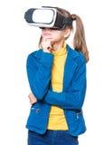 Liten flicka i VR-exponeringsglas Royaltyfria Foton