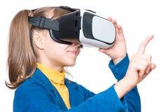 Liten flicka i VR-exponeringsglas Arkivbild
