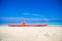 Liten flicka i yogapositionen som mediterar på Royaltyfri Foto