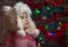 Liten flicka inomhus på juldag Arkivfoton