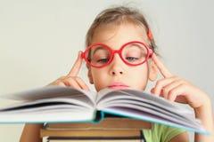 Liten flicka läste boken royaltyfri fotografi