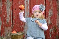 Liten flicka med äpplet fotografering för bildbyråer