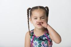 Liten flicka med allergier som isoleras på vit bakgrund arkivbilder