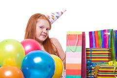 Liten flicka med ballonger och gåvan boxas Royaltyfri Fotografi