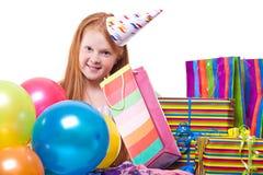 Liten flicka med ballonger och gåvan boxas Arkivbilder