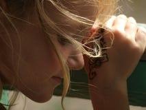 Liten flicka med barns tatuering på hennes arm arkivfoton