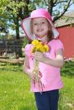 Liten flicka med blommabuketten Arkivbilder