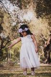 Liten flicka med blommakorgen Arkivfoton