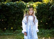 Liten flicka med blommakransen Arkivfoto