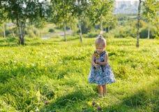 Liten flicka med blomman Fotografering för Bildbyråer